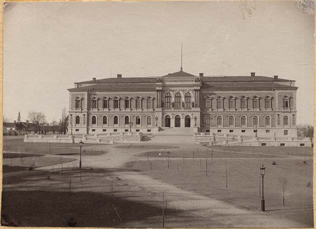 Old photo of the University Building. There is no park outside..