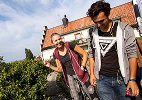 Two students walking in front of a house in Visby